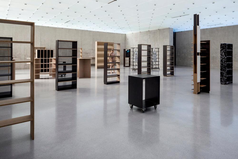 Abb. 1: Heimo Zobernig, Ausstellungsansicht 1. OG Kunsthaus Bregenz, 2015 (Foto: Markus Tretter). Courtesy of Heimo Zobernig & Kunsthaus Bregenz