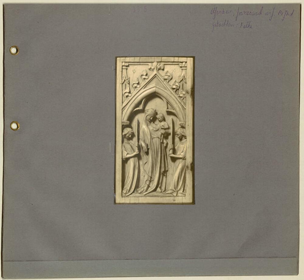"""Abb. 4: Fotomappe zum Elfenbeinrelief """"Maria mit zwei Engel"""", ZI München/Photothek, Archiv Julius Böhler, Fotomappe M_35-5"""