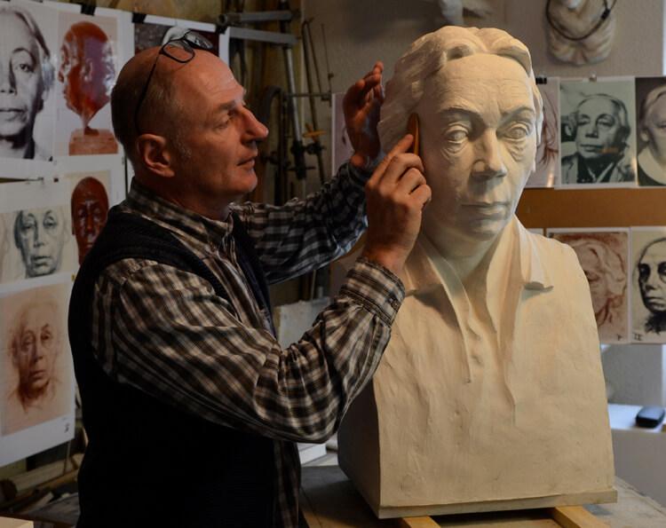 """Abb. 4: Der Bildhauer Uwe Spiekermann mit dem Modell in Plastilin für die Büste """"Käthe Kollwitz"""" am 14.12.2018 (Foto: Uwe Spiekermann, Langenhagen). Im Atelier."""