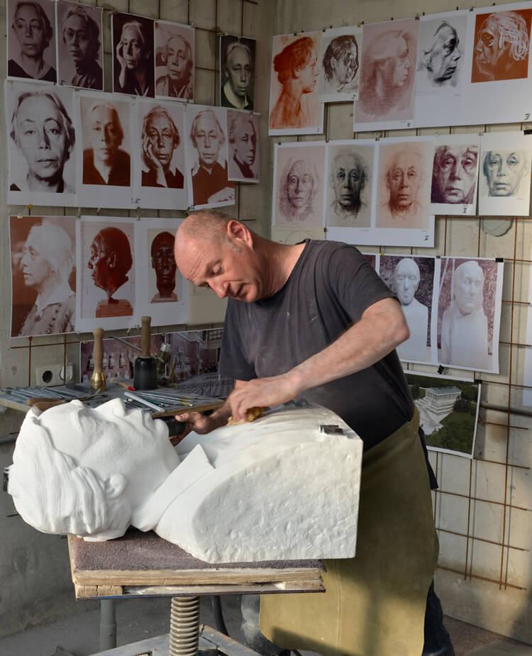 """Abb. 5: Der Bildhauer Uwe Spiekermann während des Feinschliffs der Marmorbüste """"Käthe Kollwitz"""" am 1. 5. 2019 (Foto: Uwe Spiekermann, Langenhagen).Im Atelier"""