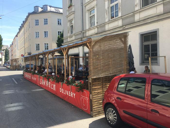 Foto der Außengastronomie in der Gollierstraße, Westend München (photo 12.08.2021 author)